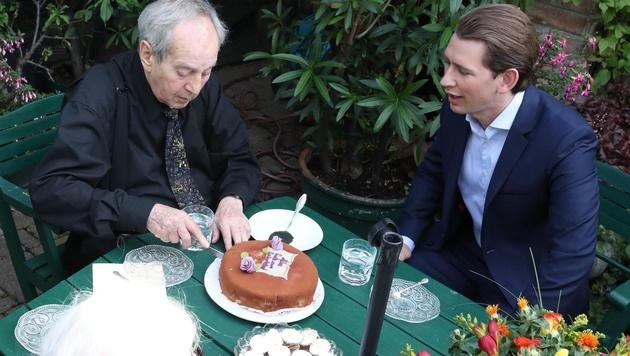 """Mit einer Torte von Kurz ließ sich auch """"Geburtstagsmuffel"""" Schenk zum Feiern   überreden. (Bild: KRISTIAN BISSUTI)"""