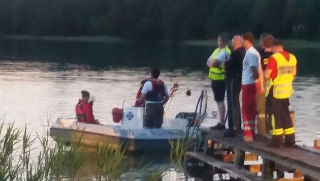 An die 100 Helfer suchten stundenlang am Irrsee nach der vermissten Schwimmerin. (Bild: unbekannt)
