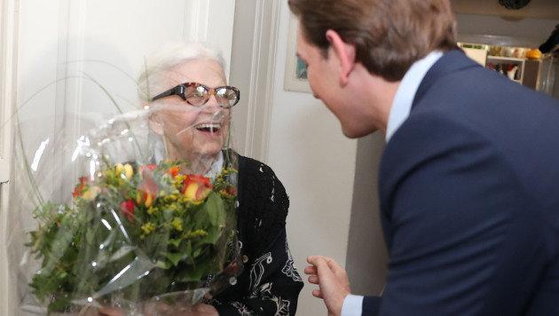 Für Gattin Renée gab's Blumen.â002îAE8 (Bild: KRISTIAN BISSUTI)