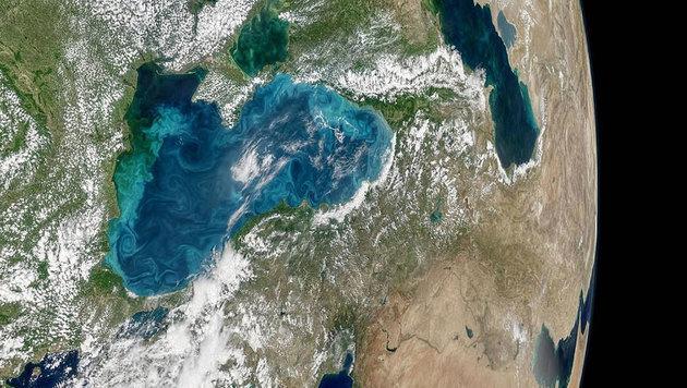 Das teilweise türkis gefärbte Schwarze Meer vom Weltall aus gesehen (Bild: NASA Earth Observatory)