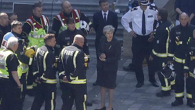Premierministerin Theresa May am Brandort in London (Bild: AP)