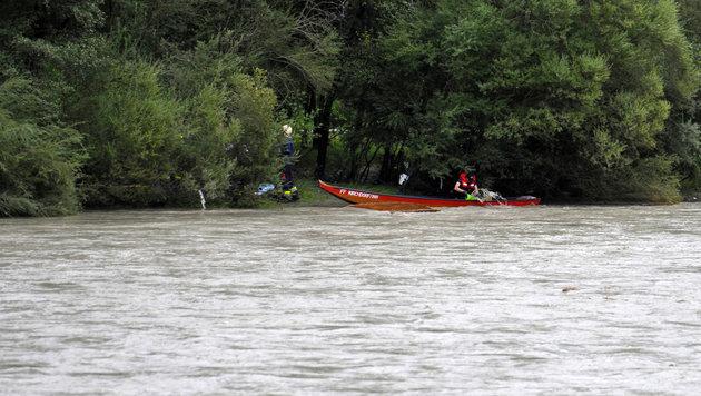 Der 60-Jährige wurde von Feuerwehrleuten mit einem Boot geborgen (Bild: zeitungsfoto.at/Liebl Daniel)