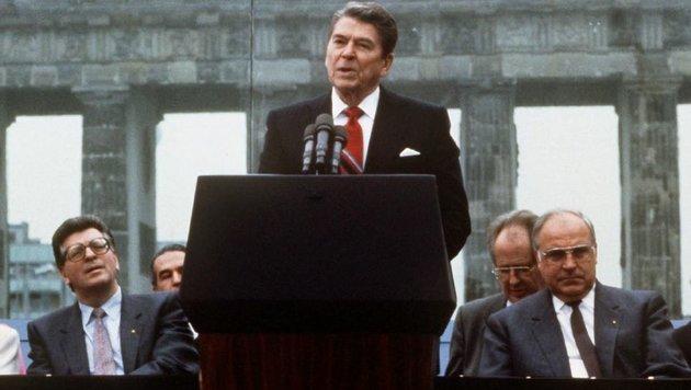 1987 hält US-Präsident Ronald Reagan eine historische Rede an der Berliner Mauer. (Bild: dpa)