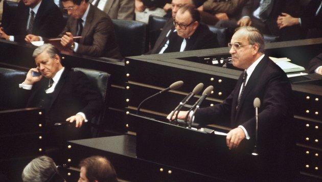 Kohl wurde 1982 deutscher Bundeskanzler, nach einem Misstrauensvotum gegen Helmut Schmidt (links). (Bild: dpa/Martin AthenstŠdt)