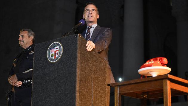 """Bürgermeister Eric Garcetti und Polizeichef Charlie Beckhielt neben dem berühmten """"Bat-Phone"""" (Bild: AP)"""