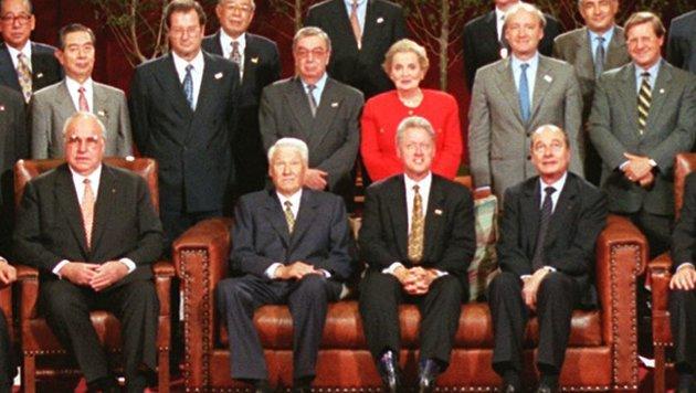 Vorne: Kohl hegte enge Kontakte zu Boris Jelzin (RUS), Bill Clinton (USA) und Jaques Chirac (F) (Bild: AFP)