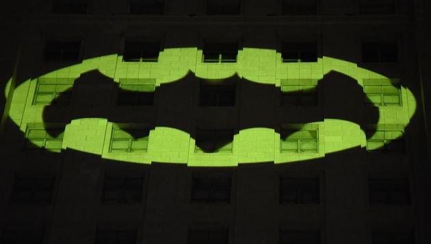 Bat-Signal in Los Angeles auf Rathaus projiziert (Bild: AFP)