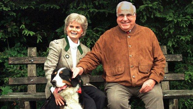 Helmut Kohl mit seiner Frau Hannelore beim Urlaub 1996 am österreichischen Wolfgangsee (Bild: AP)