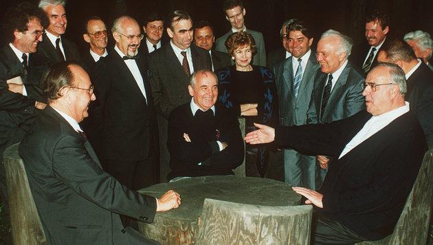 Helmut Kohl mit dem sowjetischen Staatschef Michail Gorbatschow (Mitte) im Jahr 1990 (Bild: dpa/A9999 DB dpa)