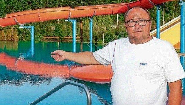 Bademeister Harald Kössler zeigt, wo das Unglück passierte. (Bild: Gerhard Schiel)