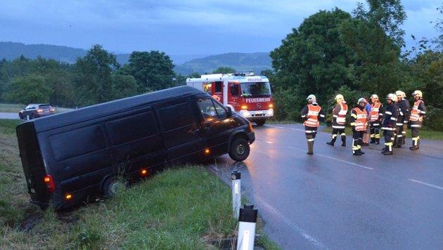 Der havarierte VW-Bus hing im Straßengraben fest. Die Peilsteiner Feuerwehrleute schöpften Verdacht. (Bild: FF Peilstein)