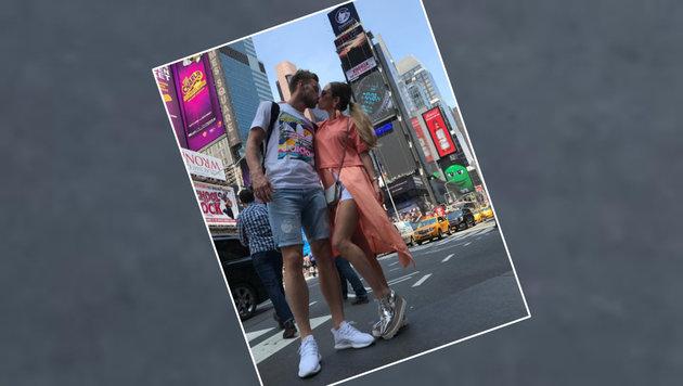Knutschen ist angesagt: Ivan Rakitic vom FC Barcelona busselt am Time Square in New York. (Bild: Instagram)