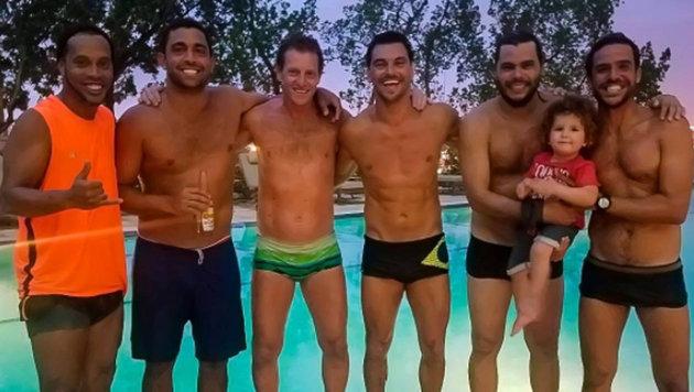 Altstar Ronaldinho (ganz links) relaxed mit einer Burschen-Partie am Pool. (Bild: Instagram)