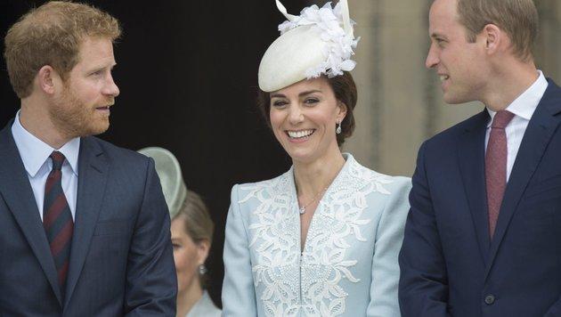 Prinz Harry im Gespräch mit Schwägerin Herzogin Kate und Bruder Prinz William (Bild: EPA)