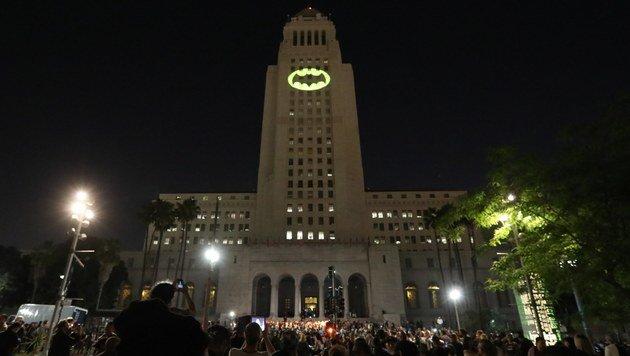 Bat-Signal in Los Angeles auf Rathaus projiziert (Bild: EPA)