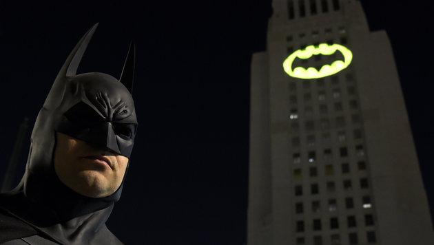 Bat-Signal in Los Angeles auf Rathaus projiziert (Bild: AP)