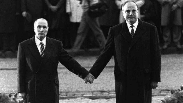 Dieses Bild aus dem Jahr 1984 zeigt Kohl mit dem französischen Präsidenten Francois Mitterrand (Bild: dpa/A9999 DB dpa)