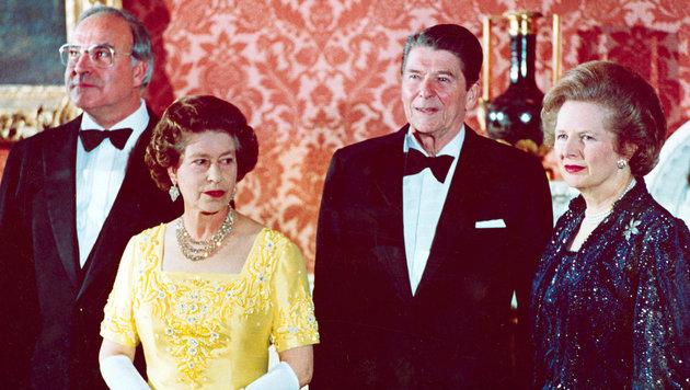 1984: Helmut Kohl zu Besuch bei Queen Elizabeth - gemeinsam mit Ronald Reagan und Margaret Thatcher (Bild: AP)