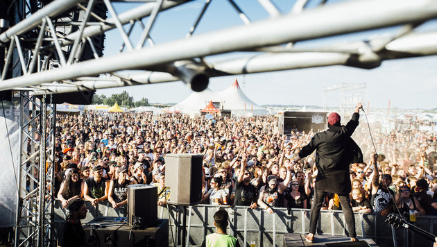 Heiratsantrag auf Nova-Rock-Bühne: Carina sagte Ja (Bild: Matthias Hecht/Red Bull Content Pool)