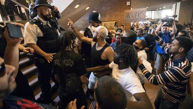 """Proteste gegen May: """"An deinen Händen klebt Blut!"""" (Bild: The Associated Press)"""