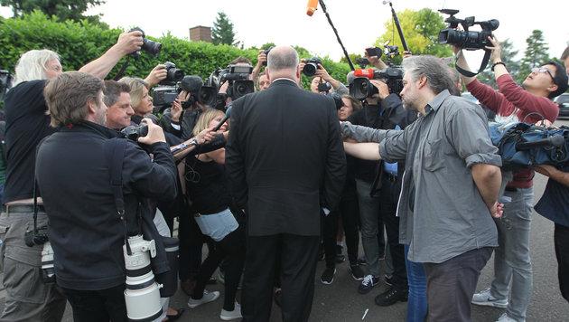 Walter Kohl stellt sich den wartenden Medienverstretern. (Bild: AFP)