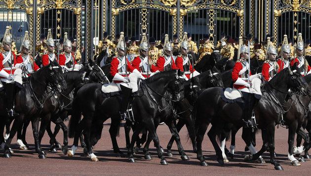 """""""Trooping the Colour"""": Queen ruft zur Einheit auf (Bild: The Associated Press)"""