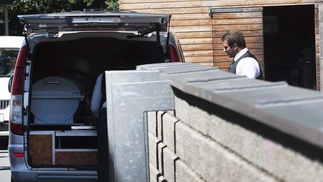 Mitarbeiter der Bestattung am Tatort in Graz (Bild: APA/ELMAR GUBISCH)
