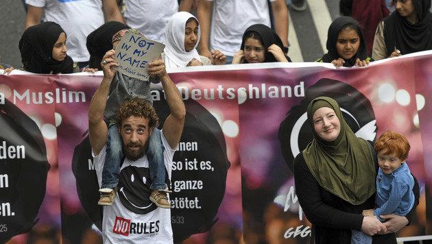 """Nicht einmal 300 Muslime bei Anti-Terror-""""Marsch"""" (Bild: AP)"""