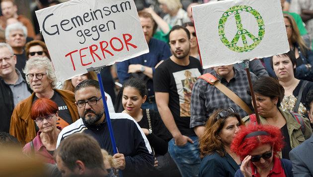 """Nicht einmal 300 Muslime bei Anti-Terror-""""Marsch"""" (Bild: dpa)"""