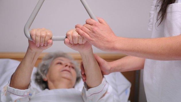 Was bringt die Abschaffung des Pflegeregresses? (Bild: APA/Barbara Gindl (Symbolbild))