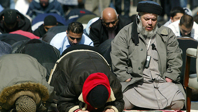 Abu Hamza al-Masri inspirierte als Imam der Moschee mehrere islamistische Terroristen. (Bild: AFP)