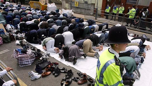"""Von Polizisten beobachtet, beteten Muslime immer wieder vor der """"Terror-Moschee"""". (Bild: 2004 AFP)"""