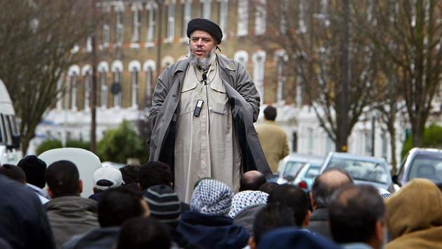 Terror-Prediger Abu Hamza al-Masri vor der Finsbury Park Moschee (Bild: AFP)