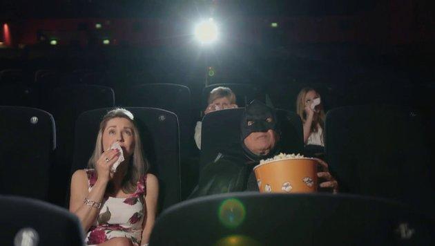 Gemeinsam mit Batman Lugner schaut sich Andrea einen Film im Lugner Kino an. (Bild: Lugner City)