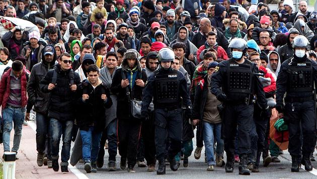 Flüchtlinge auf dem Weg durch Slowenien Richtung Grenzübergang Spielfeld im Oktober 2015 (Bild: AFP)