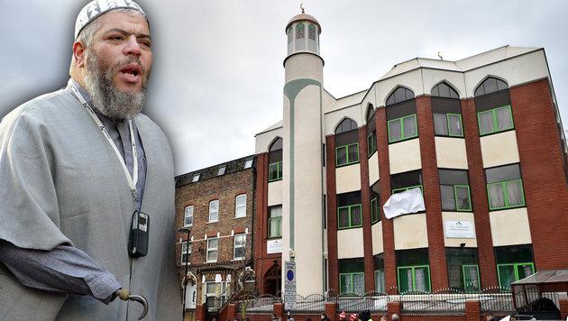 Terror-Imam Abu Hamza al-Masri hat einen Metallhaken am rechten Handgelenk. (Bild: AFP/BEN STANSALL, AFP/ODD ANDERSEN)