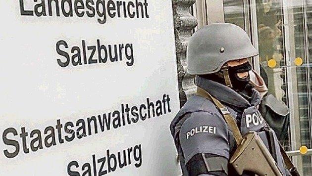 Das Salzburger Landesgericht wird streng bewacht. (Bild: Markus Tschepp)