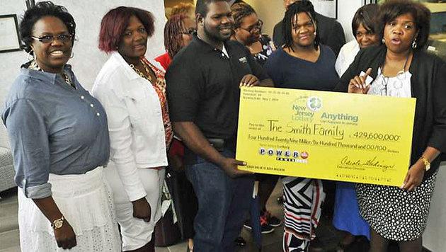 US-Familie verschenkt Lottogewinn an arme Menschen (Bild: Screenshot/Smith Foundation)