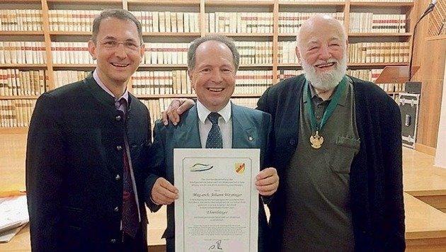 Stolzer Ehrenbürger: Weyringer (Mitte) mit Rieger u. Forcher. (Bild: Rieger)