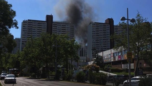 """Wien: Klein-Lkw brannte nahe Wohnpark Alt Erlaa (Bild: """"Krone""""-Leserreporter)"""
