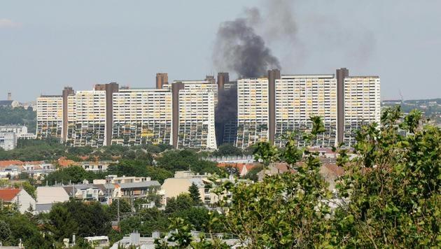 Wien: Klein-Lkw brannte nahe Wohnpark Alt Erlaa (Bild: APA/HEIMO BRUHNS)