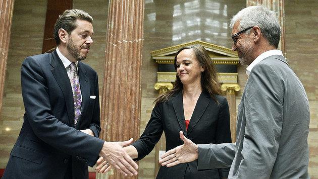 Mahrer, Hammerschmid und Walser besiegeln die Kooperation beim Schulautonomiepaket. (Bild: APA/HANS PUNZ)