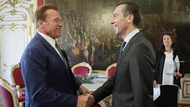 Handshake zwischen Schwarzenegger und Kanzler Kern (Bild: APA/BKA/ANDY WENZEL)