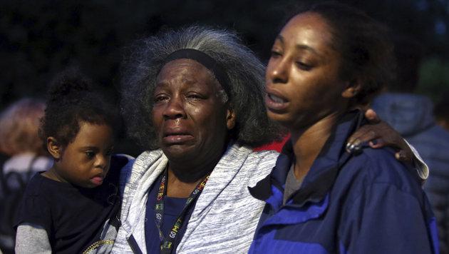 Tante Laurie Davis und Schwester Monika trauern um Charleena. (Bild: AP)