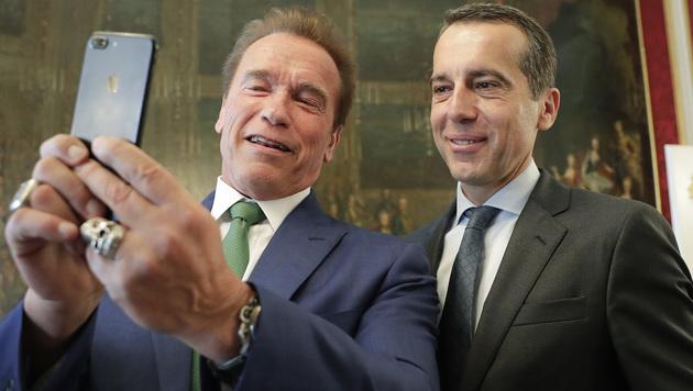 Arnold Schwarzenegger beim Selfie-Knipsen mit Kanzler Christian Kern (Bild: APA/BKA/ANDY WENZEL)