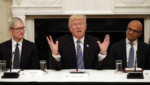 Apple-Chef Tim Cook und Microsoft-Boss Satya Nadella neben Donald Trump (Bild: AP)