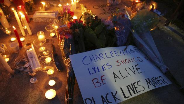 Nachbarn organisierten eine Totenwache vor dem Wohngebäude, in dem Charleena erschossen wurde. (Bild: AP)