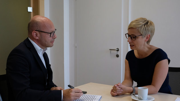 """Oberösterreichs Wirtschaftskammer-Präsidentin Doris Hummer im Gespräch mit Andi Schwantner (""""Krone"""") (Bild: Kronen Zeitung/ Chris Koller)"""