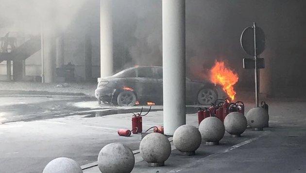 Dieser Mercedes brannte heute Vormittag unter der PlusCity-Terrasse aus. (Bild: Krone)
