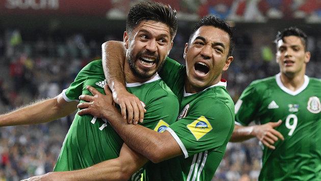 Die Mexikaner Oribe Peralta und Marco Fabian freuen sich über ihren Sieg. (Bild: Associated Press)